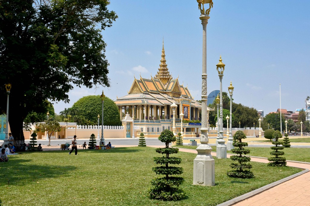 Parks and Temples are abundant in Phnom Penh and the locals took full advantage.